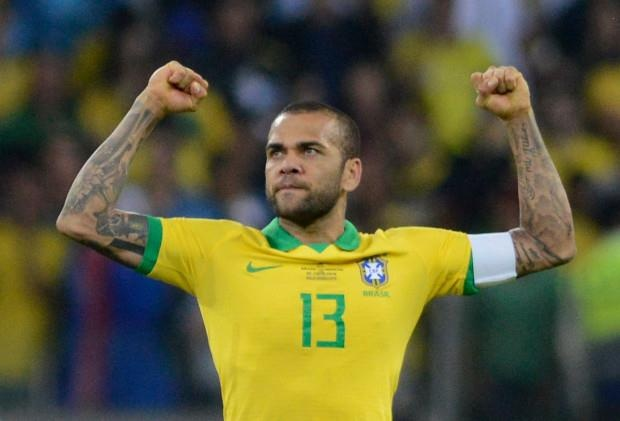 Dani Alves sanh ngang voi Roberto Carlos va Cafu hinh anh 3