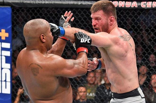 Nha vo dich UFC bi dam tui bui tren san dau hinh anh