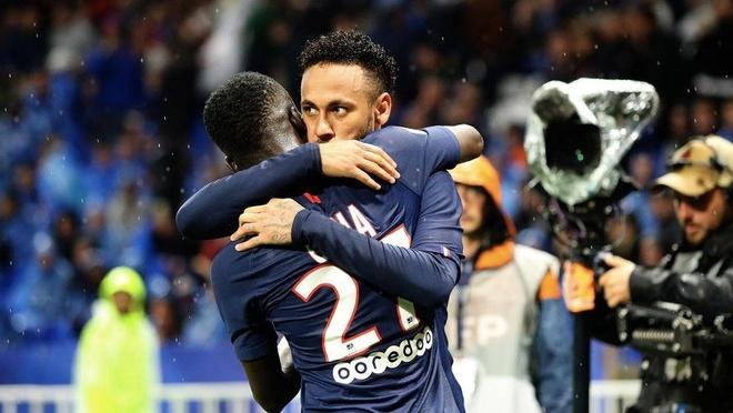 CDV Lyon nem vat the la nham vao Neymar hinh anh