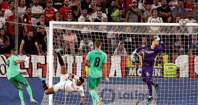 Benzema ruc sang dua Real Madrid len top dau La Liga hinh anh 3