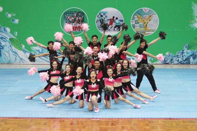 Tra Xanh Khong Do giai nhiet cung cac cheerleader hinh anh