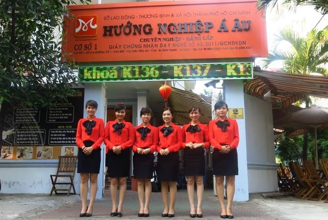 Hoc vien nganh Bep duoc ho tro 100% chi phi hinh anh 2 Đồng phục đặc trưng của đội ngũ tư vấn hướng nghiệp Á Âu.