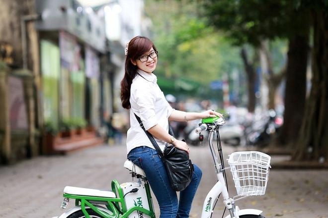 Xe đạp điện lại có ích hơn bởi sự tiện lợi, bảo toàn sức khỏe cho các sĩ tử trên đường đi ôn thi dưới thời tiết nóng bức.