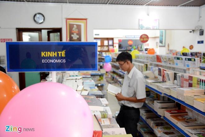 Giam gia hon 10.000 cuon sach cho ban doc o Sai Gon hinh anh 12 Các tựa sách về kinh tế giảm giá từ 20 đến 25% thu hút sự quan tâm đến nhiều bạn đọc làm kinh doanh.