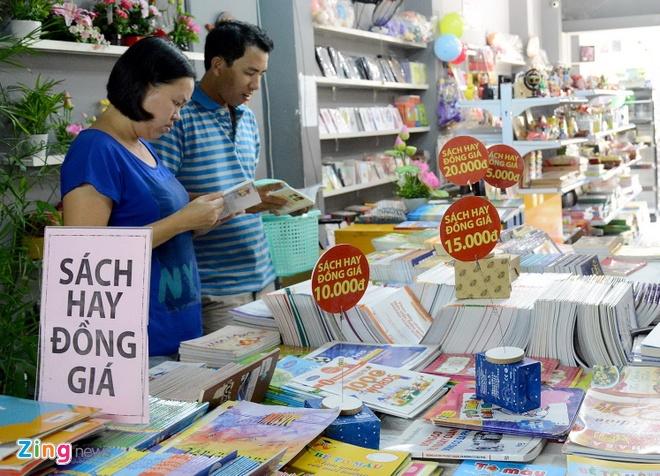 Giam gia hon 10.000 cuon sach cho ban doc o Sai Gon hinh anh 2 Chương trình khuyến mãi dành cho độc giả mê đọc sách với 10.000 đầu sách giảm giá từ 15-25%, 150 đầu sách hay giảm 50% và 500 đầu sách bán đồng giá gồm các mức 10.000 đồng, 15.000 đồng, 20.000 đồng.