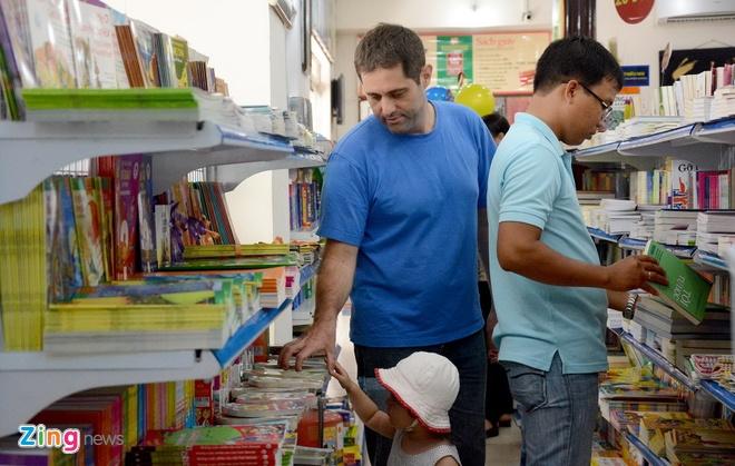Giam gia hon 10.000 cuon sach cho ban doc o Sai Gon hinh anh 4 Tuần lễ sách hay cũng thu hút sự quan tâm của những độc giả người nước ngoài. Trong ảnh: Anh Alex đến tham quan và mua sách cùng gia đình tại ngày hội.