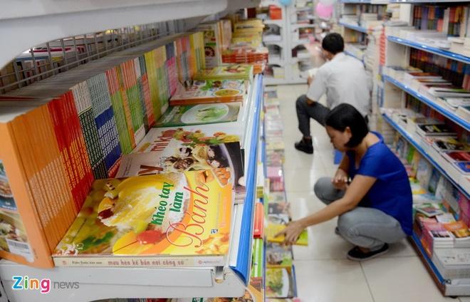 Giam gia hon 10.000 cuon sach cho ban doc o Sai Gon hinh anh 5 Những cuốn sách về ẩm thực, nấu ăn thu hút sự chú ý của nhiều độc giả nữ.