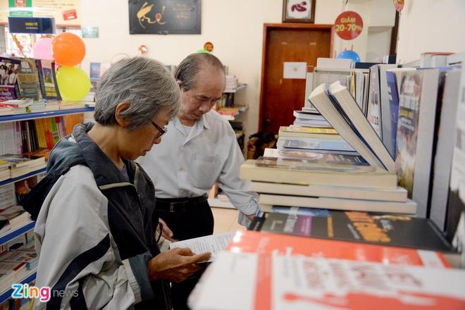 Giam gia hon 10.000 cuon sach cho ban doc o Sai Gon hinh anh 7 Theo quan sát, có rất nhiều độc giả là những người cao tuổi.