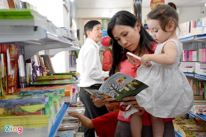 Giam gia hon 10.000 cuon sach cho ban doc o Sai Gon hinh anh 9 Ngoài hàng ngàn đầu sách đã có, NXB còn giới thiệu 30 đầu sách mới với nội dung đa dạng, từ chính trị, xã hội đến văn học, y tế, góp phần làm cho tủ sách của bạn đọc thêm giá trị, phong phú.