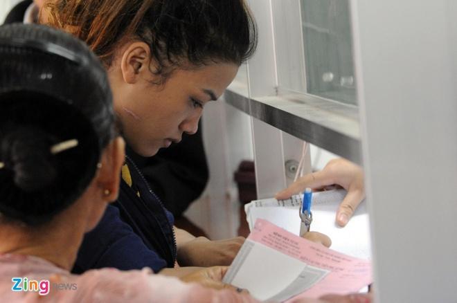 Ba me 9X cua be trai bi bo roi tren taxi lan dau xuat hien hinh anh 1 Chị Vân xuất hiện tại bệnh viện Từ Dũ để làm các thủ tục chứng nhận mình là mẹ của bé trai bị bỏ rơi Đinh Gia Huy (20 tháng tuổi).
