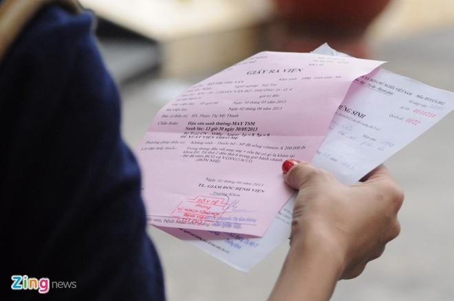 Ba me 9X cua be trai bi bo roi tren taxi lan dau xuat hien hinh anh 4 Sau khi được ra khỏi trung tâm, Chị Vân đã đến bệnh viện Từ Dũ để làm các giấy tờ chứng sinh cho con trai.
