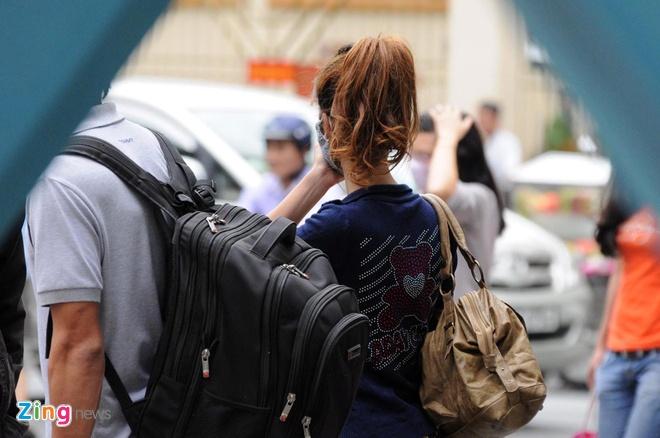 Ba me 9X cua be trai bi bo roi tren taxi lan dau xuat hien hinh anh 8 Dự kiến, ngày mai 19-12 chị Vân sẽ tiếp tục đến hoàn thành thủ tục đăng ký giấy khai sinh và đến phường 1, quận 8 để xin nhận lại con.