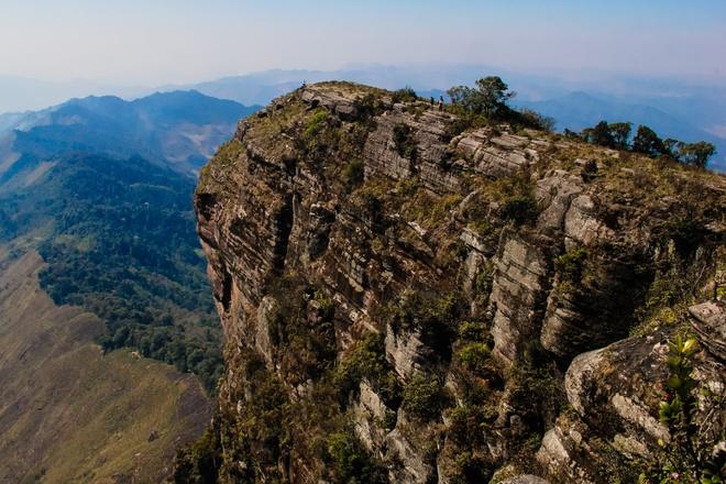 Đỉnh Pha Luông có độ cao gần 2.000 m so với mực nước biển, nằm cách Mộc Châu khoảng 40 km, thuộc xã Tân Xuân, Chiềng Xuân. Núi Pha Luông, hay còn gọi là Bờ Lung, (tiếng Thái là núi lớn) tiếp giáp biên giới Việt - Lào về phía đông, huyện Mộc Châu, tỉnh Sơn La.