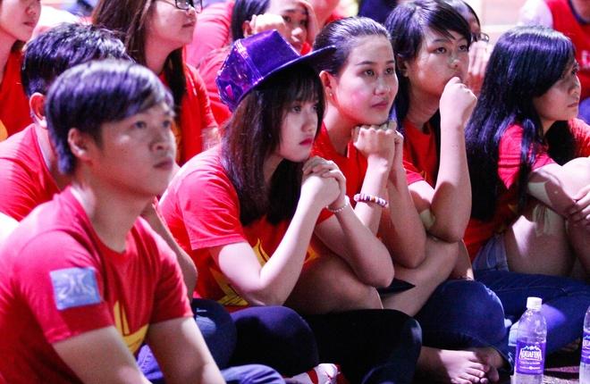 Fan nu Sai Gon buon ba vi tran thua cua U19 Viet Nam hinh anh