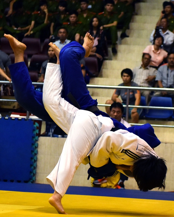 Nhung pha quat nga doi thu o giai Judo tai TP HCM hinh anh
