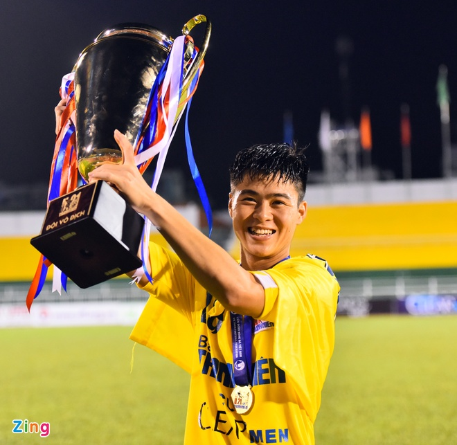 Duy Manh hon cup vang vo dich giai U21 Quoc gia hinh anh 4