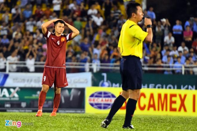 Cau thu U21 VN guc nga tren san sau khi de thua U21 HAGL hinh anh 1