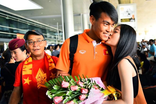 Nguoi ham mo chao don U23 Viet Nam o Tan Son Nhat hinh anh