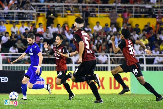 DKVD V.League thang doi bong Thai Lan 2-1 hinh anh 4