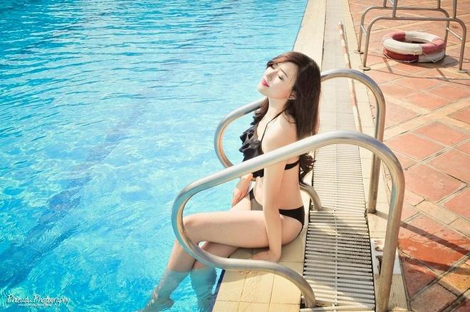 Nu sinh truong Bao dien bikini goi cam ben be boi hinh anh 8