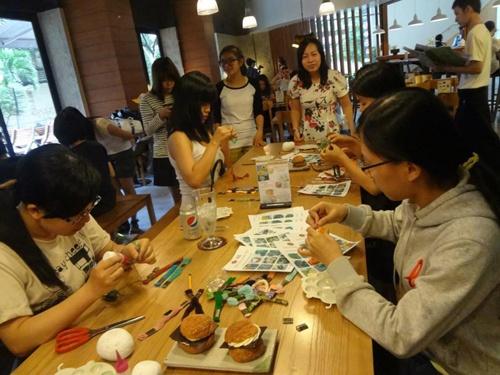 Nhung 9X bao gan bo hoc va kinh doanh phat dat hinh anh 7 Một lớp học handmade do Tuấn tổ chức tại quán cà phê.