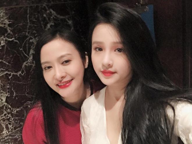Facebook hot girl tuan qua: Chi Pu leo len vai ban dien hinh anh 11