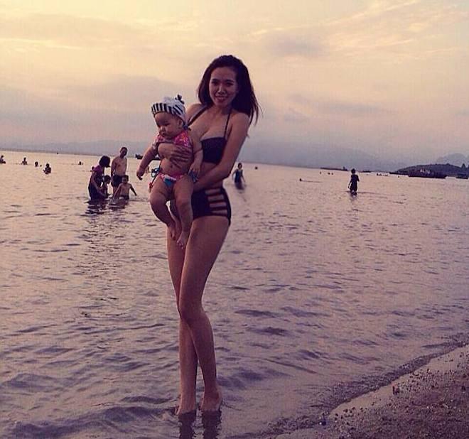 Mai Thỏ (Bùi Như Mai, 24 tuổi) nhanh chóng lấy lại vóc dáng cân đối sau khi sinh em bé. Bà mẹ một con khoe thân hình nóng bỏng với bikini trên biển.