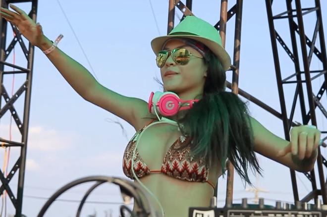 DJ Melo dien bikini choi nhac truoc 20.000 ban tre hinh anh