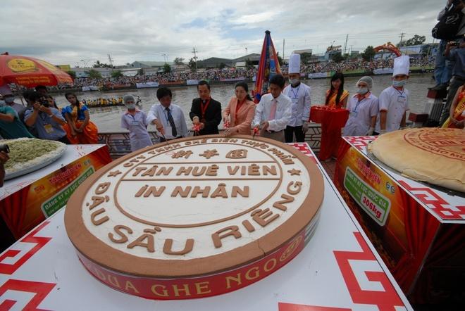 Chiec banh khong lo nang gan 600kg o Soc Trang hinh anh 6