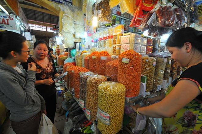 Thuc pham Tet: Hang noi xuat di, hang ngoai tran vao hinh anh 1 Tiểu thương chợ Bến Thành, Q.1, TP.HCM đã chuẩn bị sẵn sàng nhiều mặt hàng thực phẩm tết cho các đầu mối mua gom xuất khẩu