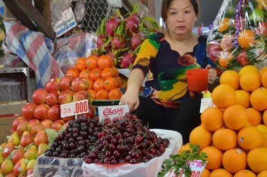 Trai cay ngoai: Gia cao nhung dat khach hinh anh 1 Trái cây nhập khẩu bán tại chợ Bà Chiểu, TP HCM.