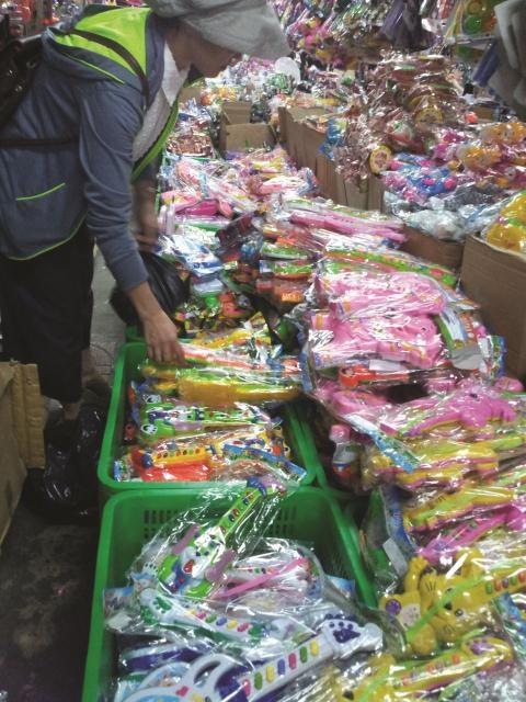 Hang Trung Quoc lai tran ngap thi truong hinh anh 1 Đồ chơi trẻ em tại chợ Bình Tây hết 90% có xuất xứ từ TQ.