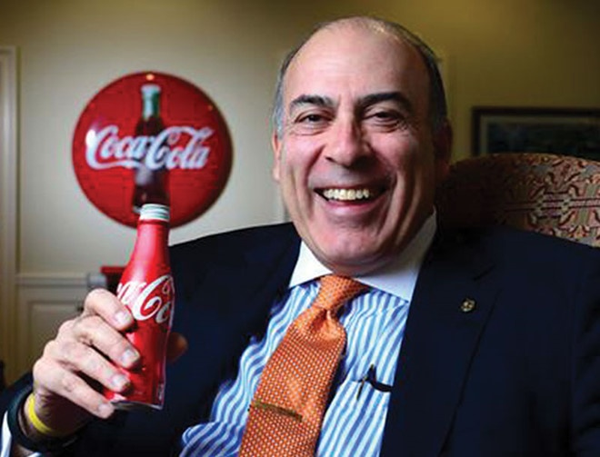 Nha dau tu gian du, CEO Coca-Cola bi cat gan nua luong hinh anh
