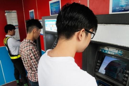 Hang chuc trieu the ATM phai chuyen doi hinh anh 1