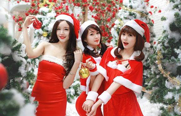 'Ba gia Noel' vai tran, vay ngan giua gia ret Ha Noi hinh anh 1
