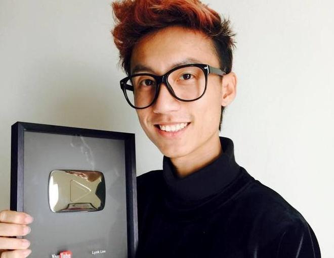 Lynk Lee nhan nut Play ma bac tu Youtube dung dip Noel hinh anh