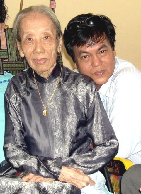 Nha van Nguyen Dong Thuc: Nghe van lam khong du... nhau hinh anh 1 Nhà văn Nguyễn Đông Thức và mẹ - nhà văn Bà Tùng Long.