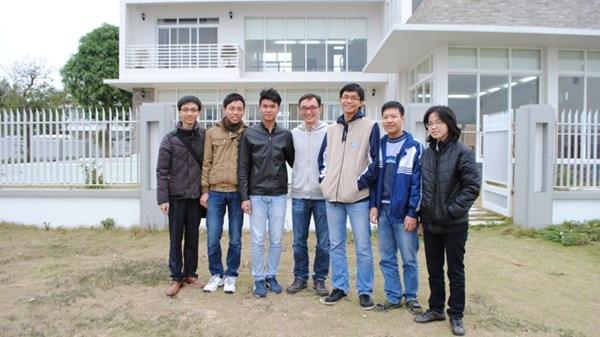 Các bạn trẻ dự thi Olympic toán quốc tế những năm gần đây chụp ảnh lưu niệm trên bãi biển riêng của ngôi biệt thự. Ảnh: Quý Hiên.