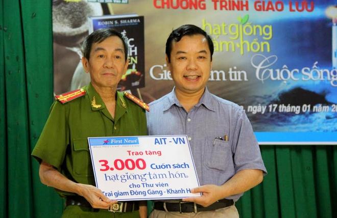 Hon 20.000 cuon sach trao tang pham nhan tai Khanh Hoa hinh anh 1 Đại tá Phan Đình Tiến – Phó Giám thị Trại giam A2 đón nhận 3.000 cuốn sách từ Công ty Văn hóa Sáng tạo Trí Việt.
