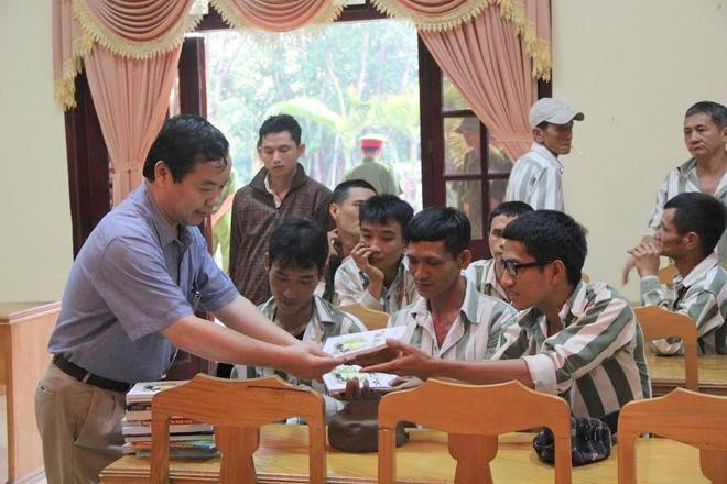 Hon 20.000 cuon sach trao tang pham nhan tai Khanh Hoa hinh anh 2 Các tù nhân vui vẻ nhận những cuốn sách được trao tặng.