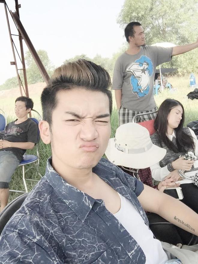 Hot teen 12/2: Chi Pu lo ve met moi vi luyen tap qua suc hinh anh 7 Trưởng nhóm hài BB&BG - Trần Bảo Bảo than phiền vì quay phim trong thời tiết nóng bức.