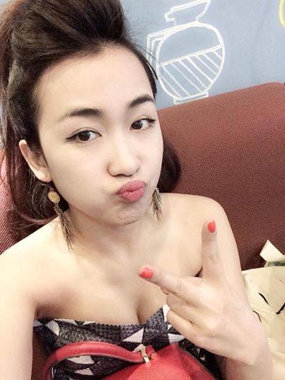 Hot girl 24/2: Nguoi co choi Tet, ke bat tay lam viec hinh anh 9 Trái ngược với các hot girl, do phải chạy xô vào tất cả những ngày Tết nên DJ Trang Moon chỉ có thể tận hưởng kỳ nghỉ của mình sau khi mọi người bắt tay vào công việc của năm mới.
