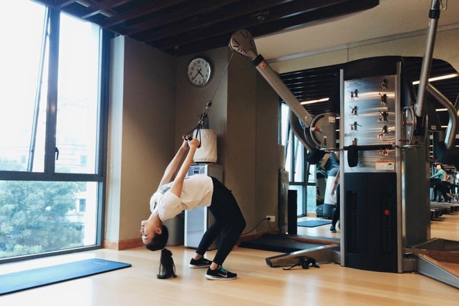 Hot girl Viet khoe dang trong phong tap gym hinh anh 2