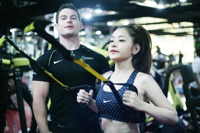Hot girl Viet khoe dang trong phong tap gym hinh anh 6