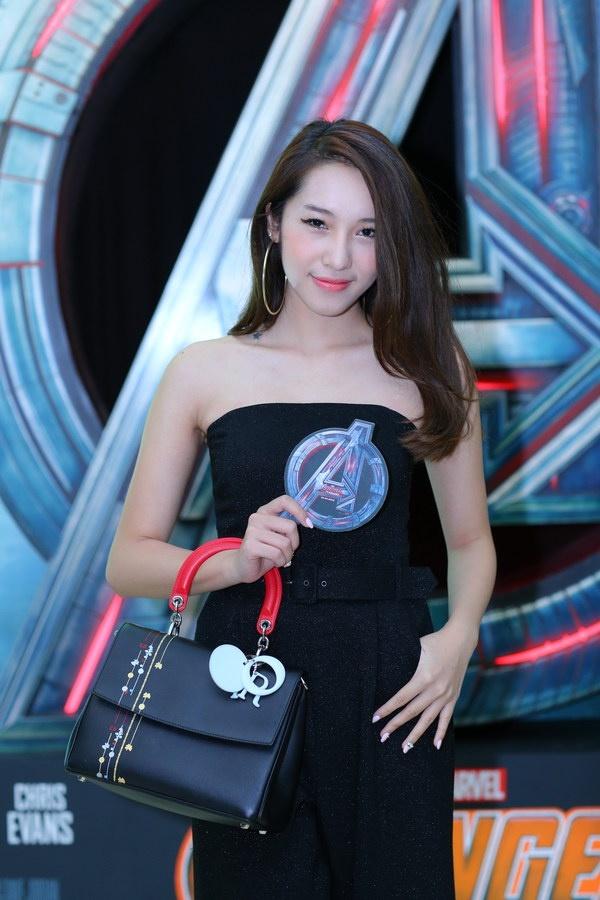Hot girl, hot boy hoi ngo chao don biet doi The Avengers hinh anh 8