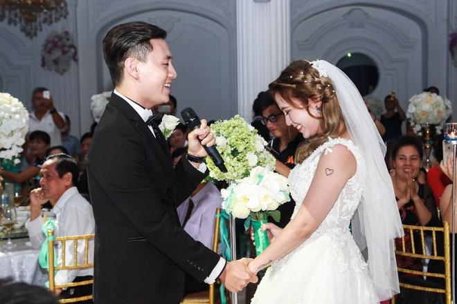 Kien Hoang bat ngo hat 'Yeu' tang vo trong le cuoi hinh anh