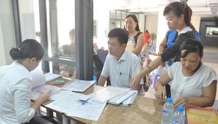 Tuyen sinh lop 6 truong chat luong cao: Ke mung, nguoi lo hinh anh 1 Phụ huynh nộp hồ sơ tuyển sinh lớp 6 tại trường THPT Chuyên Hà Nội - Amsterdam ngày 16/6.