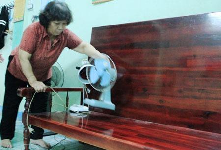 Ba chuyen cam dong truoc thi THPT quoc gia hinh anh 1 Bà Cúc đang dọn dẹp lại nhà cửa để chuẩn bị đón thí sinh.