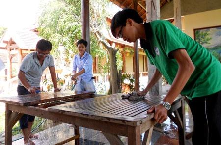 Ba chuyen cam dong truoc thi THPT quoc gia hinh anh 2 Tình nguyện viên Câu lạc bộ 25 tham gia chà rửa bàn ghế phục vụ bữa ăn cho thí sinh.