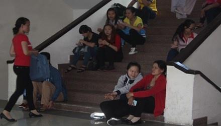 Thí sinh và phụ huynh vất vả ngồi ở cầu thang để chờ rút hồ sơ tại ĐH Sư phạm TPHCM. Ảnh: Nguyễn Dũng.